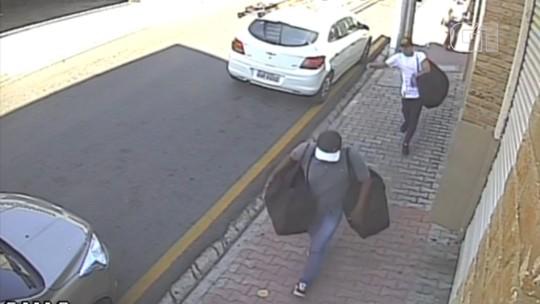 Câmera registra grupo fugindo com objetos roubados de shopping em Porto Feliz