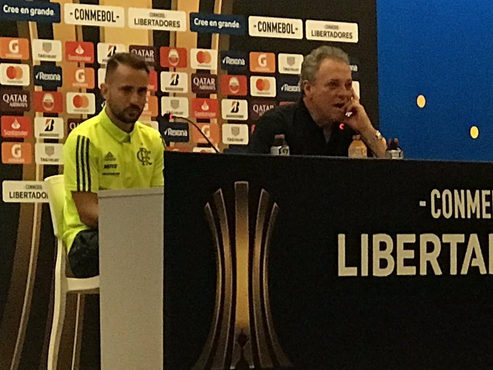Éverton Ribeiro e Abel Braga na coletiva de imprensa do Maracanã — Foto: Cahê Mota