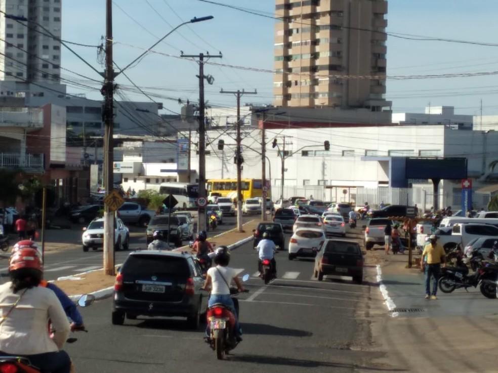 Avenida no centro de Araguaína voltou a ficar movimentada — Foto: Márcio Novais/TV Anhanguera