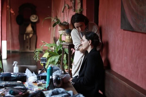 A maquiadora Debora Bittencourt transforma Tainá em Hilda (Foto: divulgação)