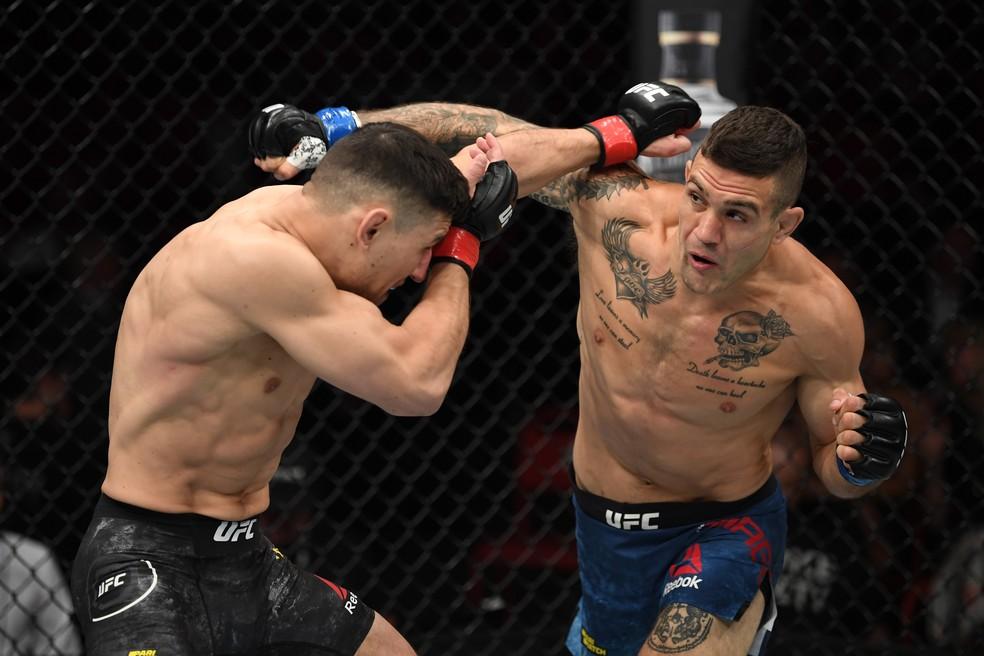 Christos Giagos (dir.) acerta um golpe em Damiz Hadzovic no UFC Estocolmo — Foto: Getty Images