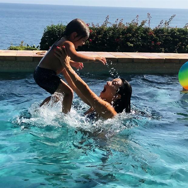 Kourtney Kardashian curtiu uma piscininha com os filhos (Foto: Reprodução Instagram)