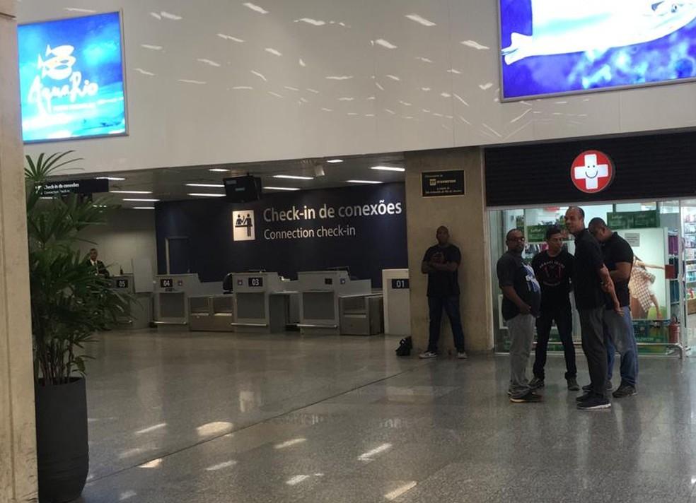 Seguranças do Fluminense estiveram no Galeão — Foto: Thayuan Leiras