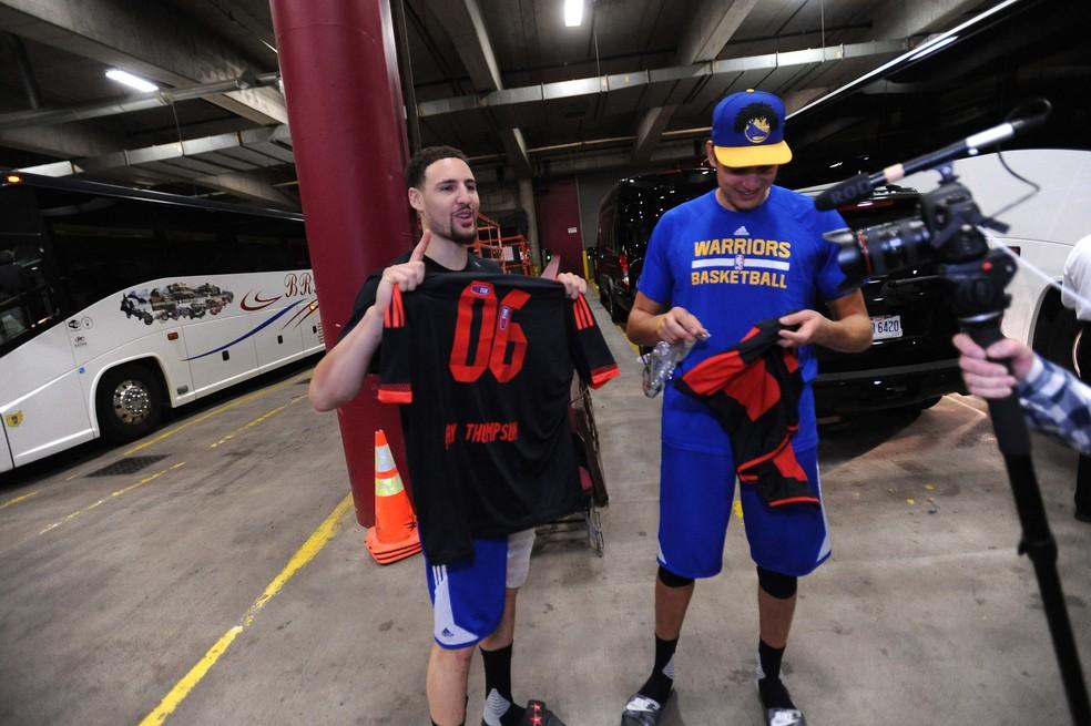 Klay Thompson, do Golden State Warriors, recebeu camisa do Flamengo das mãos de Anderson Varejão quando ele jogava em Oakland (Foto: NBA Brasil)