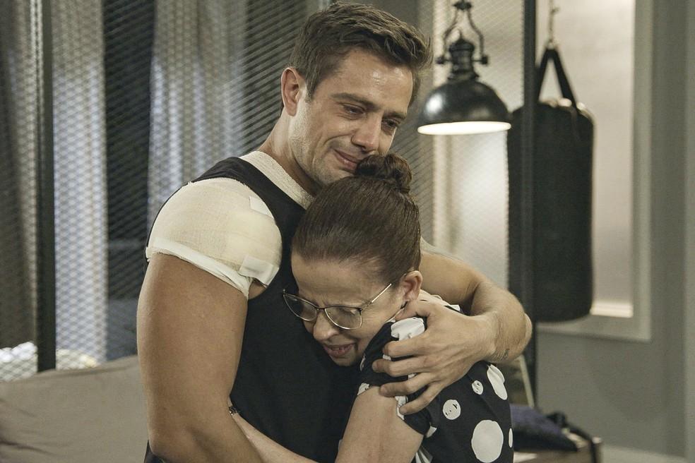 Renzo (Rafael Cardoso) se emociona ao saber que Lúcia (Cristina Pereira) é sua avó em 'Salve-se Quem Puder' — Foto: Globo