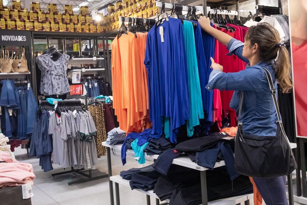 Segmento de tecidos, vestuário e calçados tiveram alta de 13,8%, puxando para cima o desempenho do comércio varejista no Brasil — Foto: Celso Tavares/G1