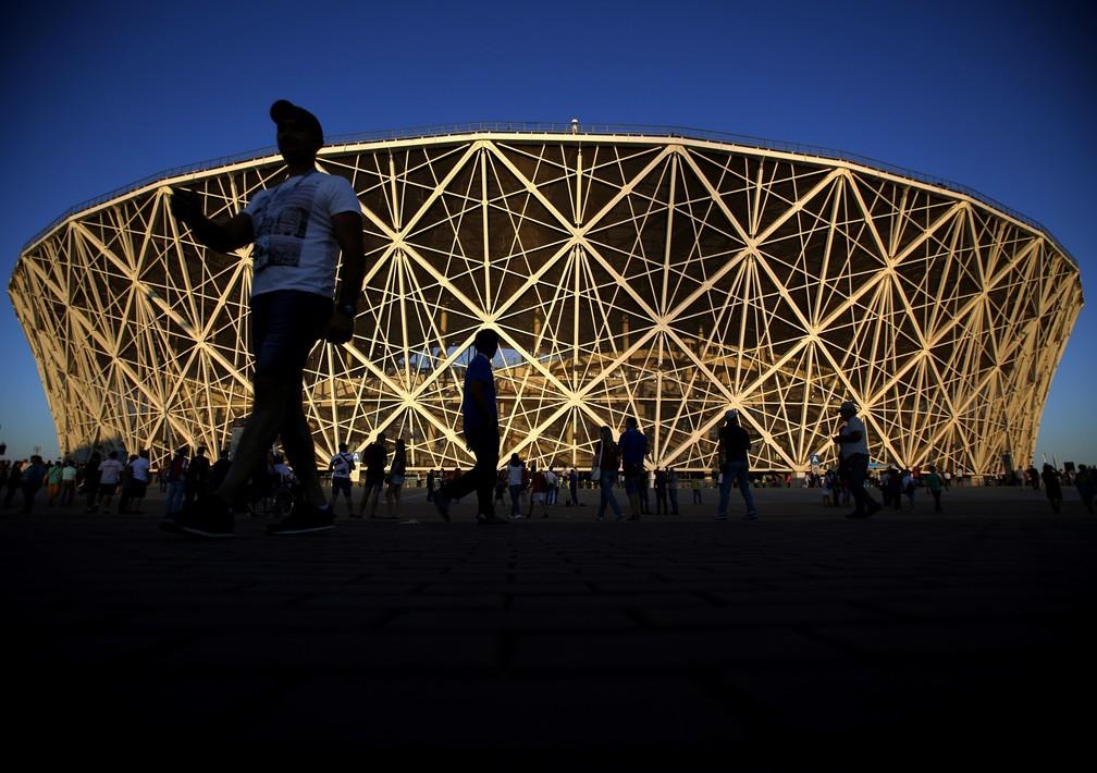 Pessoas andam em volta do estádio antes de partida da Copa do Mundo de 2018, em Volgogrado, na Rússia (Foto: Rebecca Blackwell/AP)