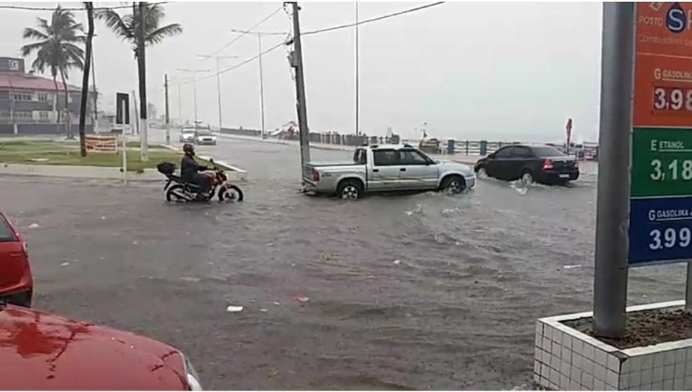 Ponto de alagamento intransitável na Avenida Presidente Café Filho, na Praia do Meio, Zona Leste de Natal, próximo à Praça dos Heróis — Foto: STTU