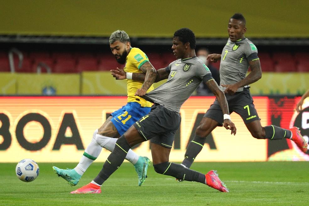 Arboleda em ação pelo Equador tentando desarmar Gabigol, no jogo contra o Brasil — Foto: Buda Mendes/Getty Images