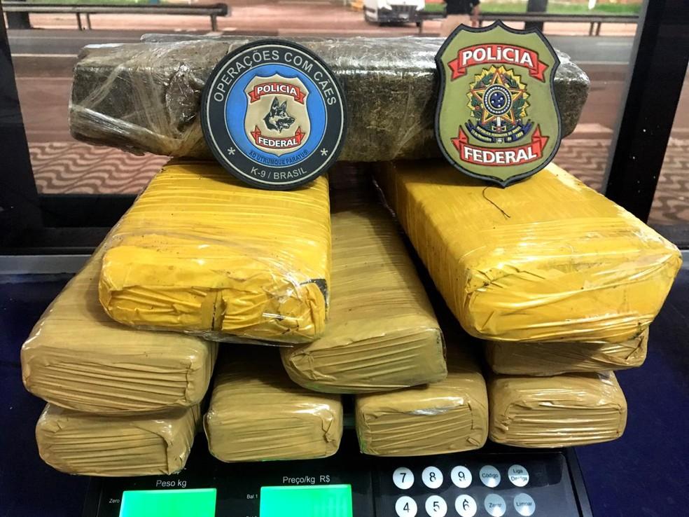 O menor e os cerca de 11,5Kg da droga foram encaminhados à delegacia especializada para as providências de praxe. — Foto: Polícia Federal/Assessoria