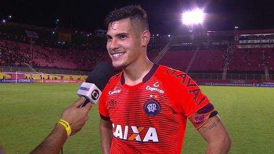"""Bruno Guimarães comemora gol contra o Vitória: """"Nossa primeira vitória fora de casa"""""""