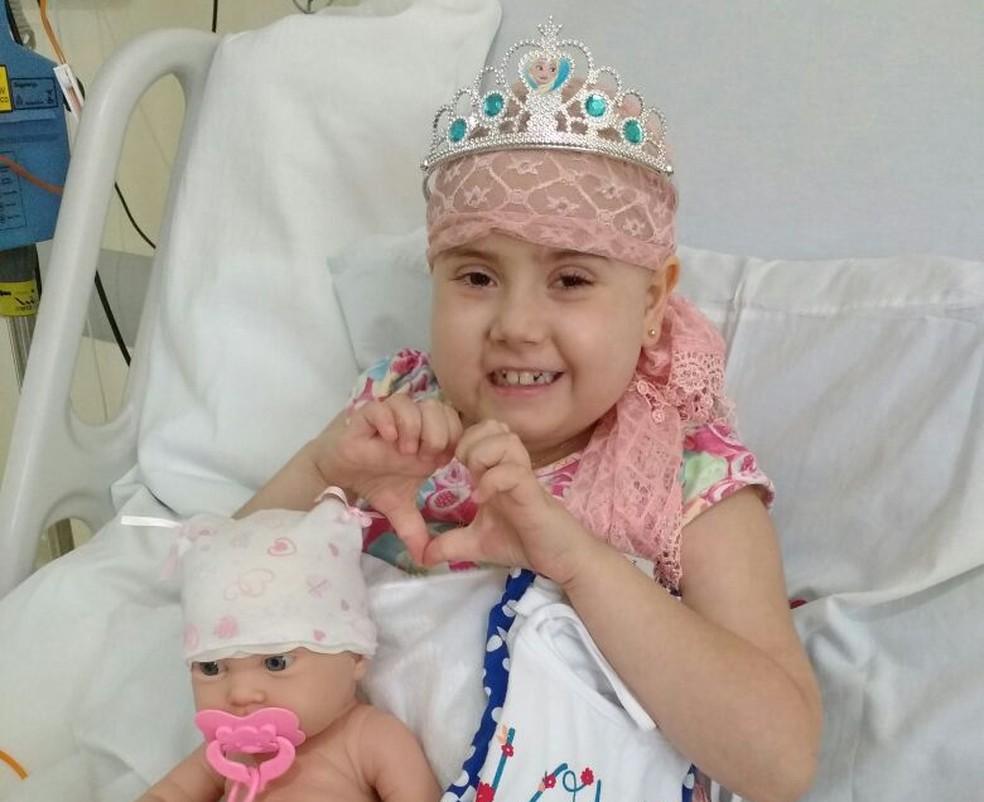 Júlia Abrame durante tratamento em hospital de Sorocaba (Foto: Arquivo Pessoal/Adriana Abrame)