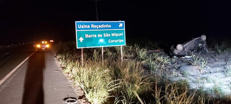 Acidente entre dois veículos na AL-220, em São Miguel dos Campos, AL — Foto: Divulgação/BPRv/AL