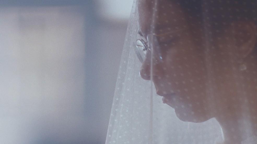 Dolores (Daphne Bozaski) entra na igreja suja, com vestido rasgado e sem sapatos em 'Nos Tempos do Imperador' — Foto: Globo