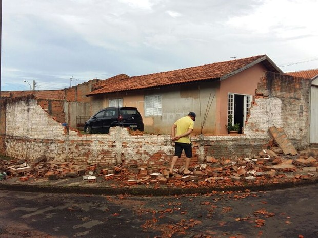 Moradores não estavam na casa e ninguém ficou ferido (Foto: Adolfo Lima/ TV TEM)