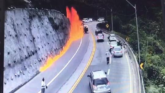 Caminhão tomba em estrada, pega fogo e motorista morre