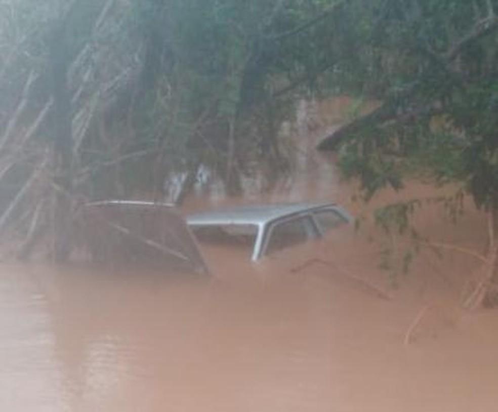 Carro de três pessoas da mesma família foi encontrado submerso em Botucatu — Foto: 14News/Divulgação