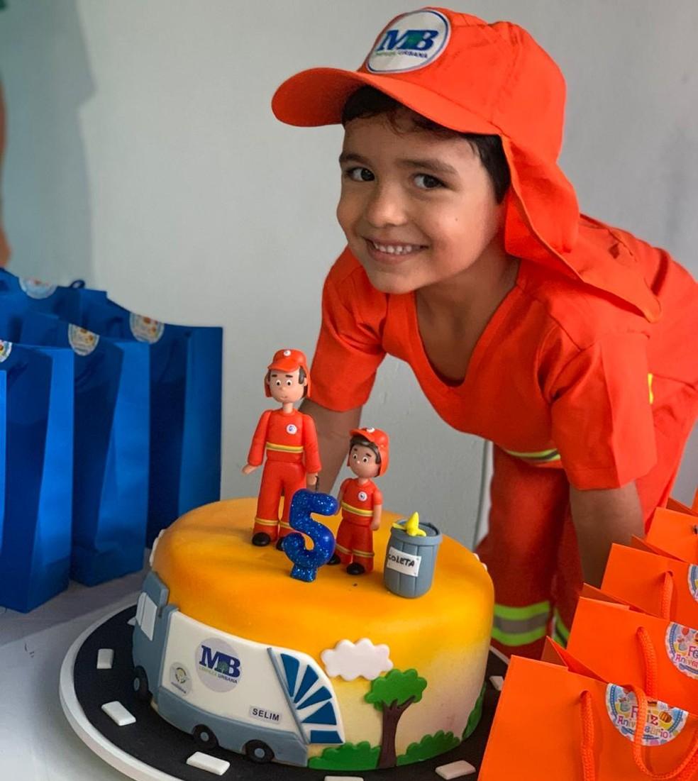 Garoto, que teve bolo temático, completou 5 anos — Foto: Arquivo pessoal