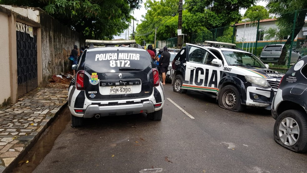 Carros da PM do lado de fora do batalhão com pneus furados em Fortaleza — Foto: José Leomar/SVM