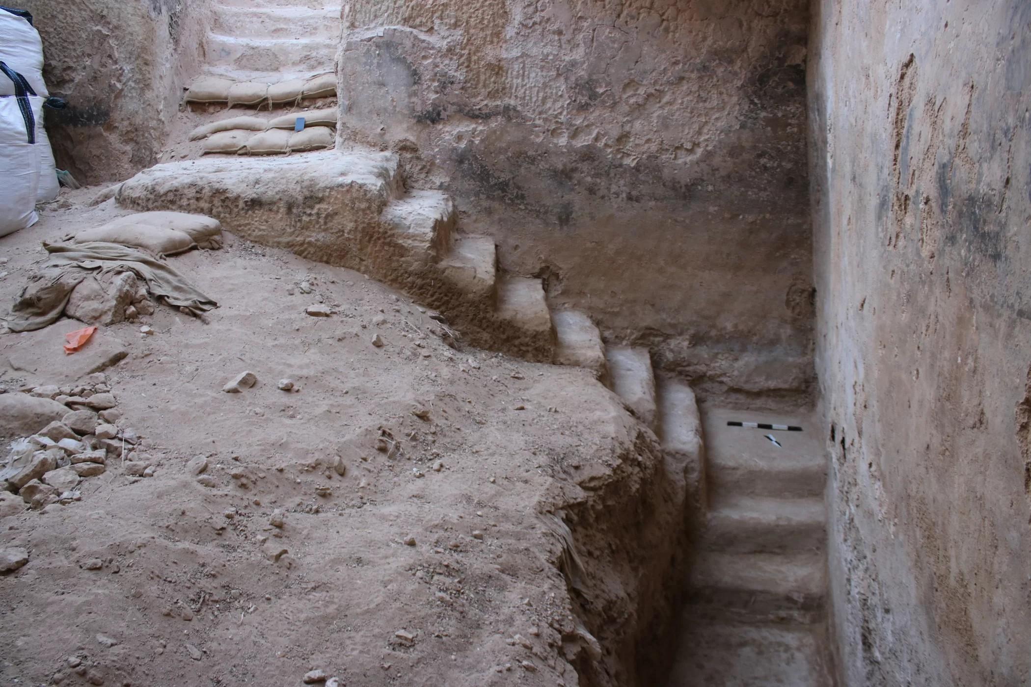 Escadaria leva até o fundo da cisterna (Foto: Israel Antiquities Authority)