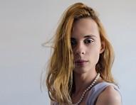 Élle de Bernardini questiona establishment que a encaixou no papel de artista trans