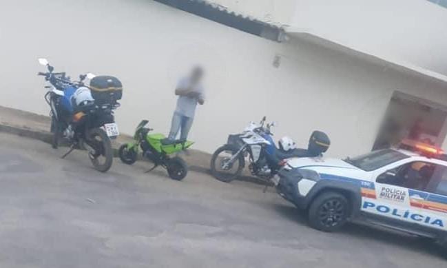 Motociclista sem CNH é flagrada em minimoto e com maconha em Bom Despacho