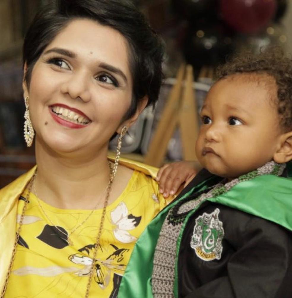 Ana Carla Gomes, aluna da UFRJ, com o filho Heitor. — Foto: Reprodução