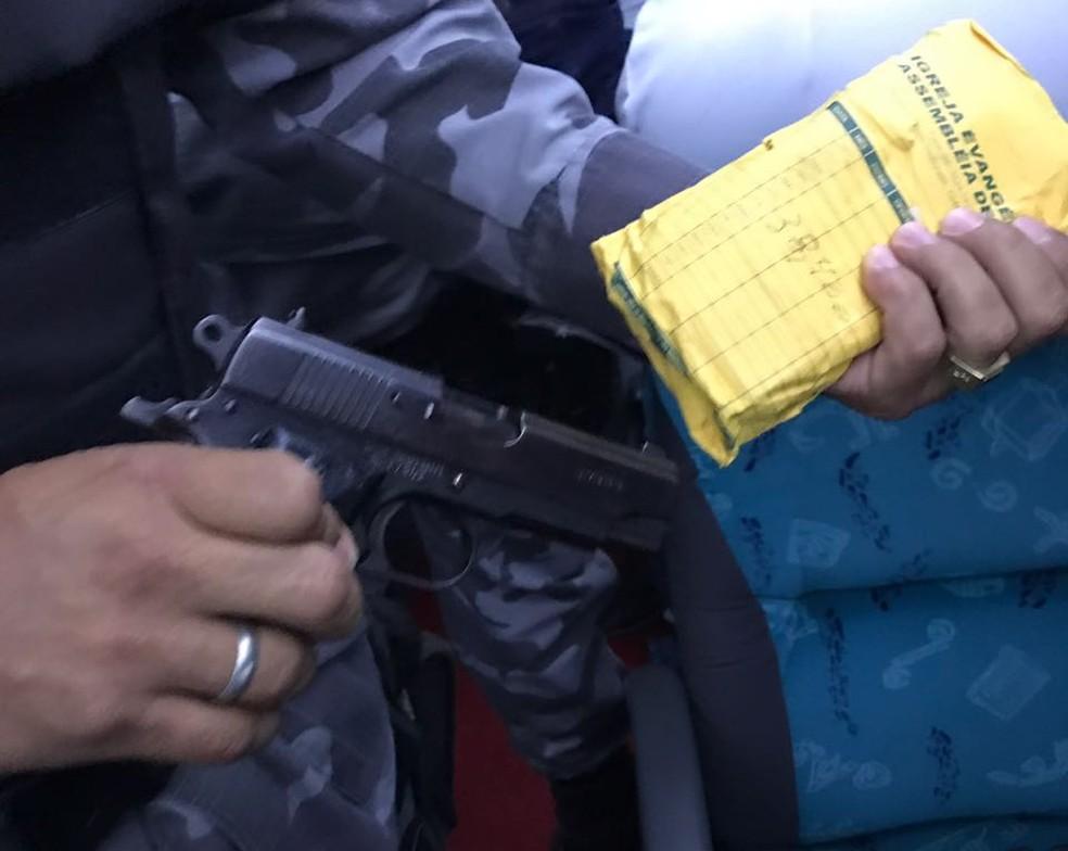 Uma pistola e mais de R$ 9 mil em espécie foram apreendidos com Valdeci (Foto: PM/Divulgação)