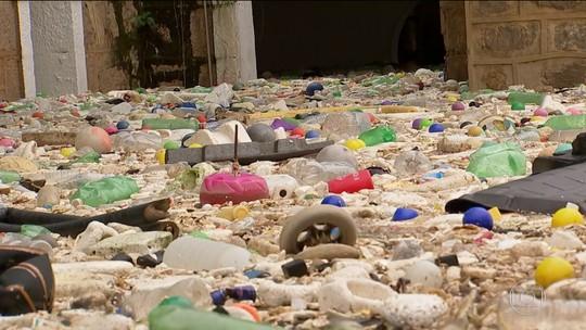 Rio Tietê transborda após chuva e lixo invade ruas de Salto