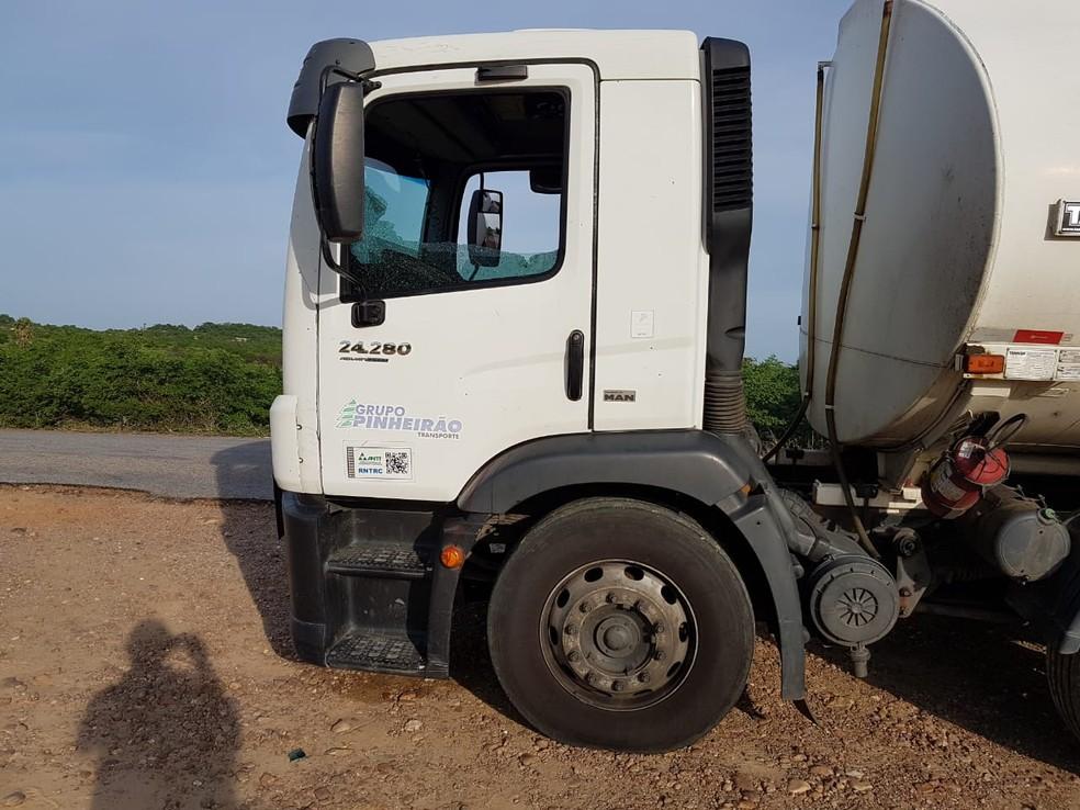 Caminhão foi encontrado cerca de 1,5 km depois do corpo na RN-233, que liga Paraú a Triunfo Potiguar — Foto: Divulgação/PMRN