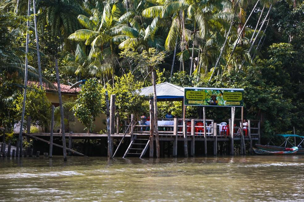 Barcos levam turistas e moradores a todo momento na loja de Nena na ilha do Combu. (Foto: Tassia Barros/ Agência Belém)