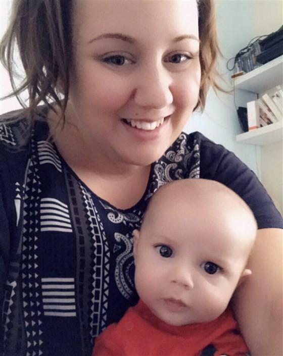 A mãe com seu bebê que teve um torniquete de cabelo (Foto: Reprodução / Instagram)