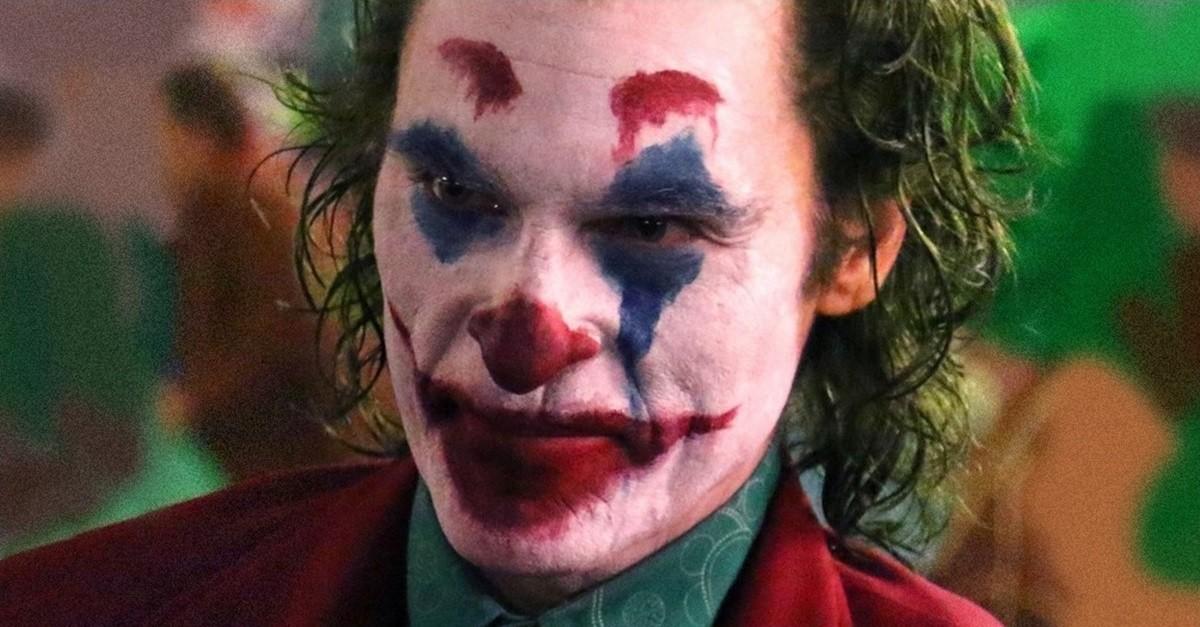 Joaquin Phoenix trajado como o Coringa (Foto: divulgação)