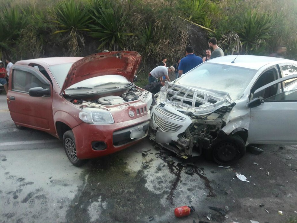 Seis veículos se envolveram em acidente na SP-55 em São Sebastião  (Foto: Divulgação/Corpo de Bombeiros)