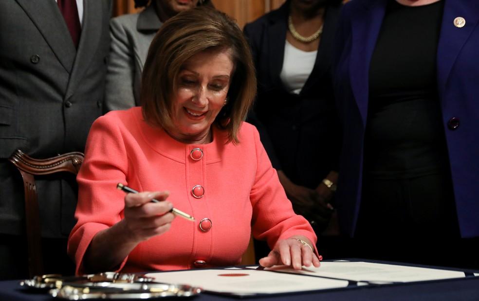 Nancy Pelosi assina documentos para enviar acusação contra Trump para o Senado, em 15 de janeiro de 2020 — Foto: Leah Millis/Reuters