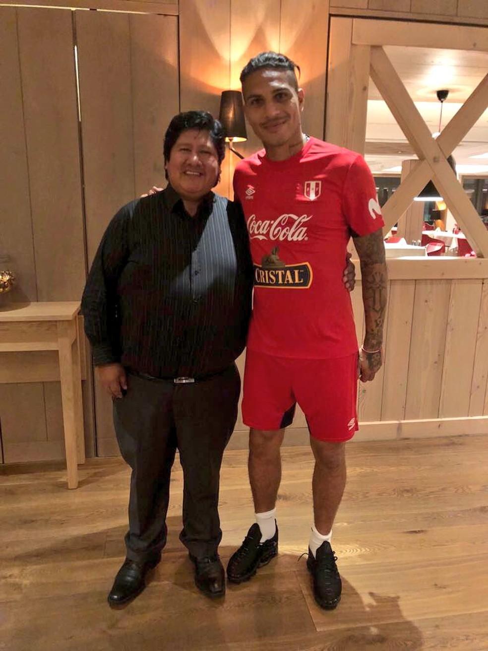Ao lado do presidente Edwin Oviedo, posou com o uniforme de treino da seleção (Foto: Divulgação / Peru)