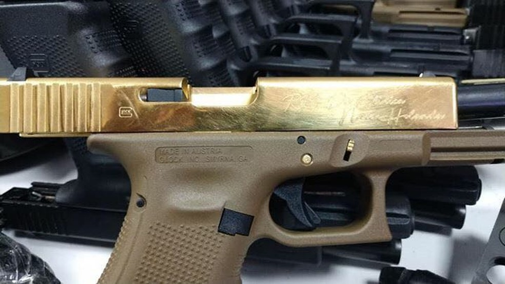 Agentes federais também apreenderam pistola dourada com carregador para 100 munições (Foto: Divulgação)