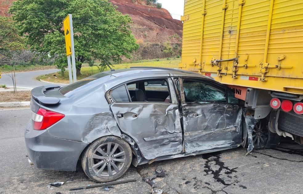 Carro foi parar debaixo de uma carreta na BR-116 — Foto: Alice Mourão/g1