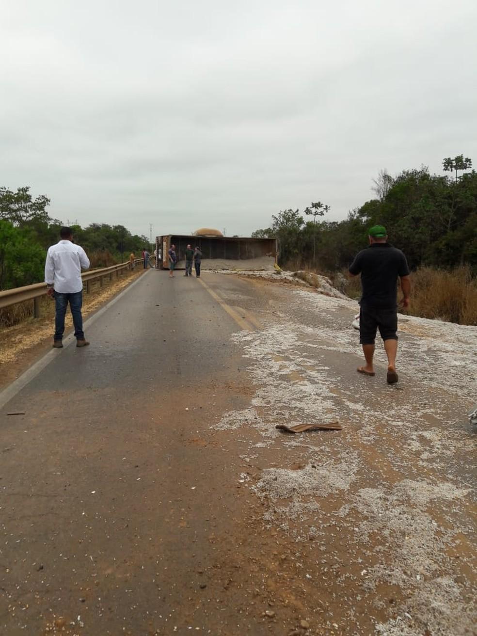 Carga de semente de algodão transportada pela carreta ficou espalhada após o acidente (Foto: Divulgação)