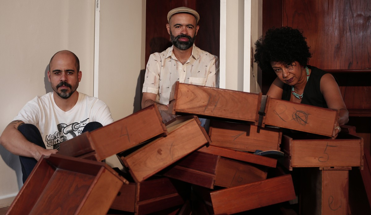 Trio Sambas do Absurdo sobe ladeira no passo elegante e sinuoso do primeiro single do segundo álbum