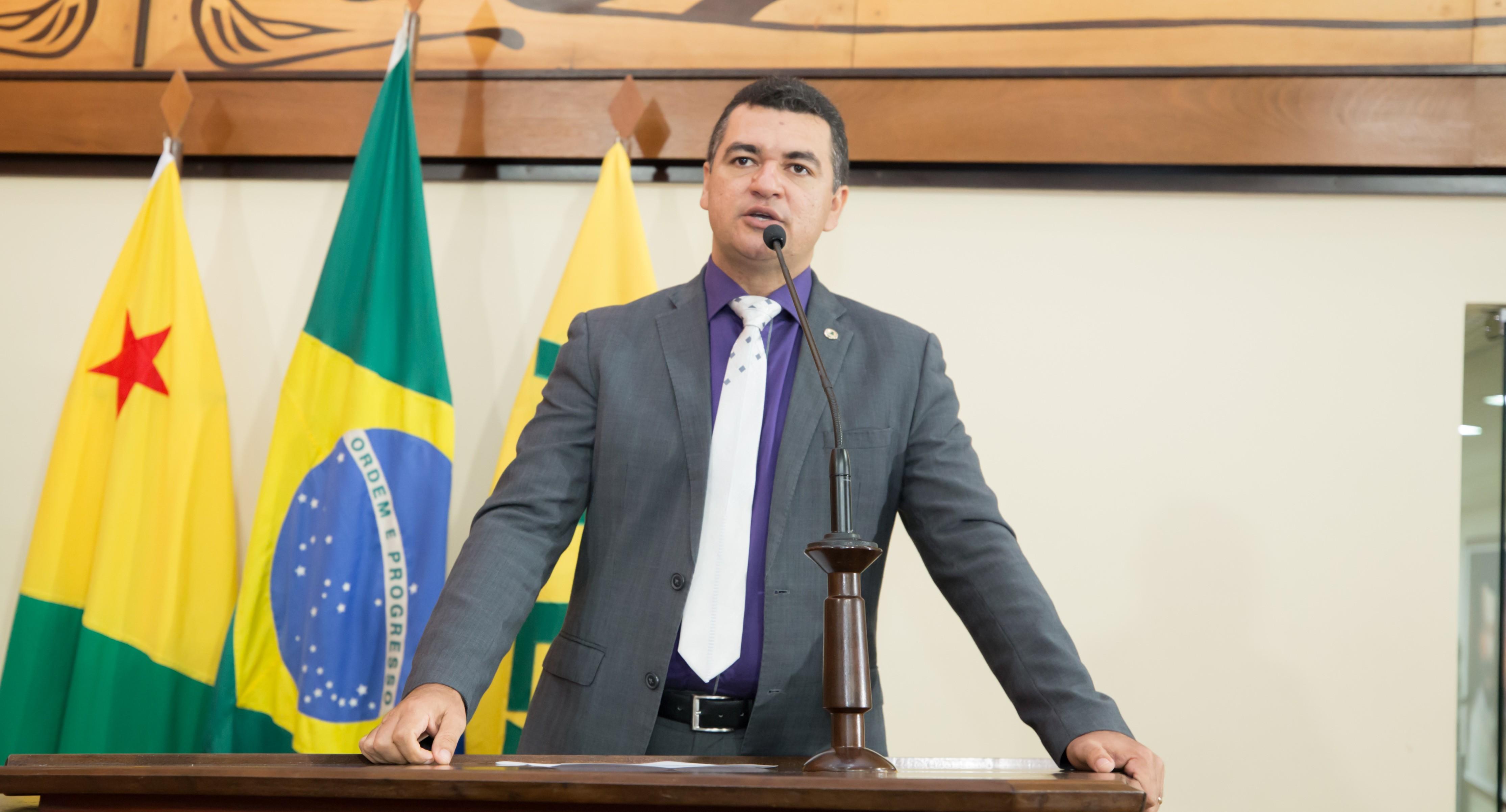 Sindicato pede investigação contra deputado que chamou médico do Acre de mercenário durante sessão