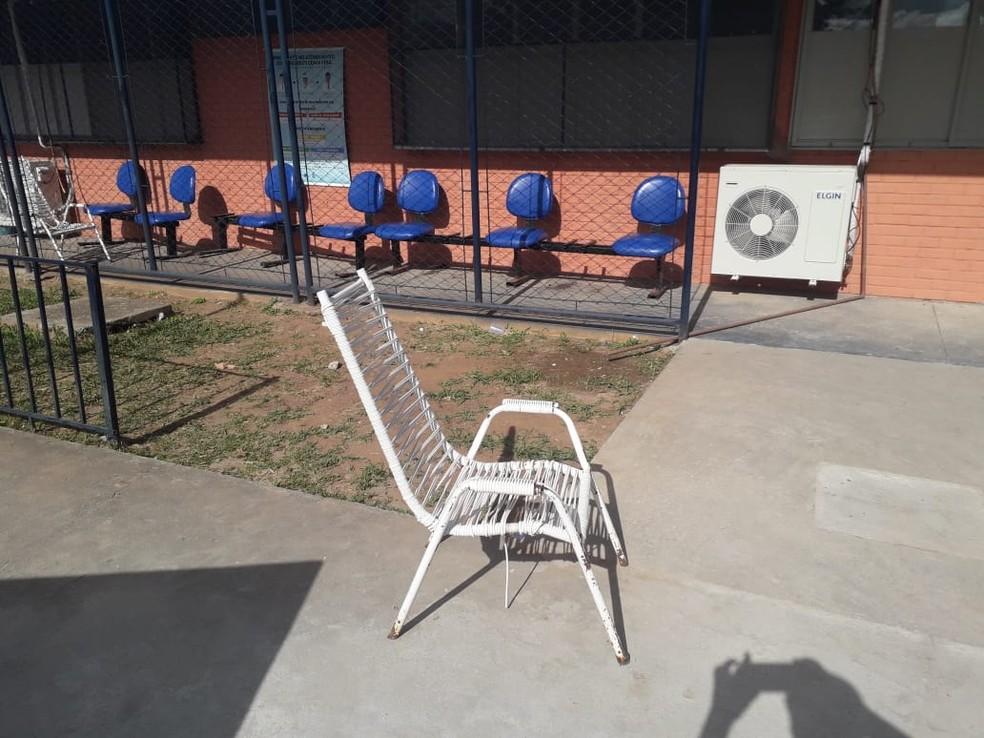 Cadeiras foram colocadas do lado de fora do hospital— Foto: Divulgação/Oscar Alves