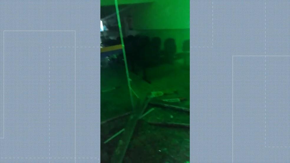 Portas quebradas na sede da Prefeitura de Magé após morte de jovem — Foto: Reprodução/TV Globo