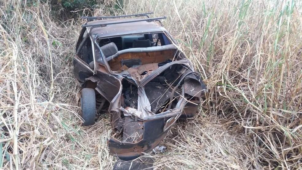 Traseira do carro ficou destruída após capotagem em rodovia entre Boa Esperança do Sul e Araraquara (Foto: Willian Oliveira/ A CidadeON/ Araraquara)