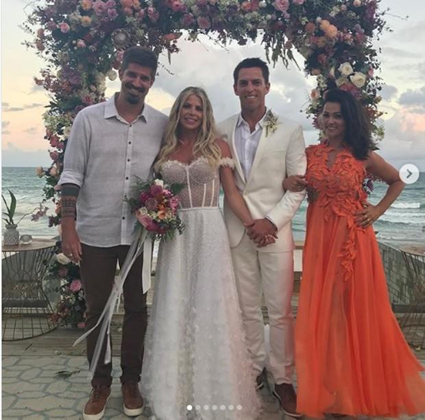 Suzana Alves e Fernando Saretta com os noivos Karina Bacchi e Amaury Nunes (Foto: Reprodução Instagram)