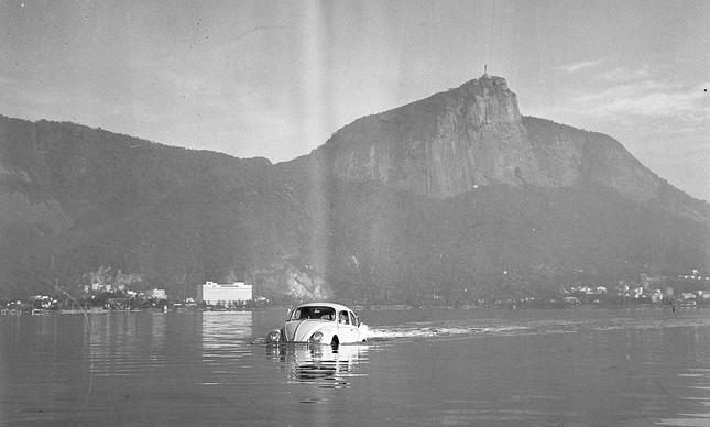 Fusca anfíbio navega pela Lagoa Rodrigo de Freitas, em 1960