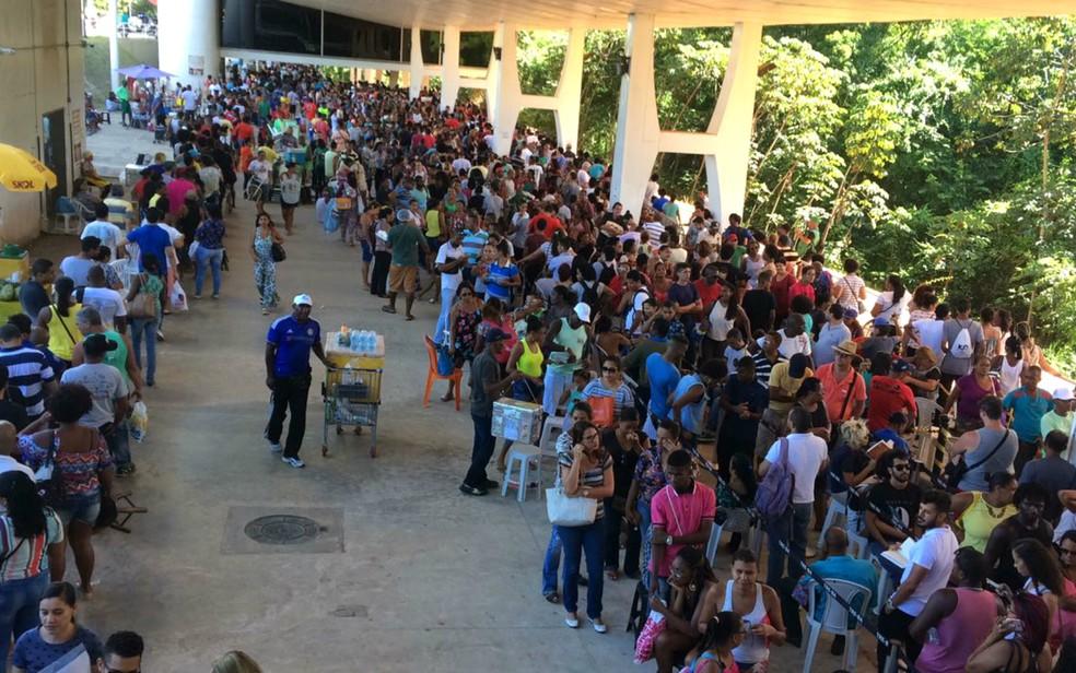 Eleitores enfretam longas filas para fazer o recadastramento biométrico em Salvador. (Foto: Alan Tiago Alves/G1 Bahia)