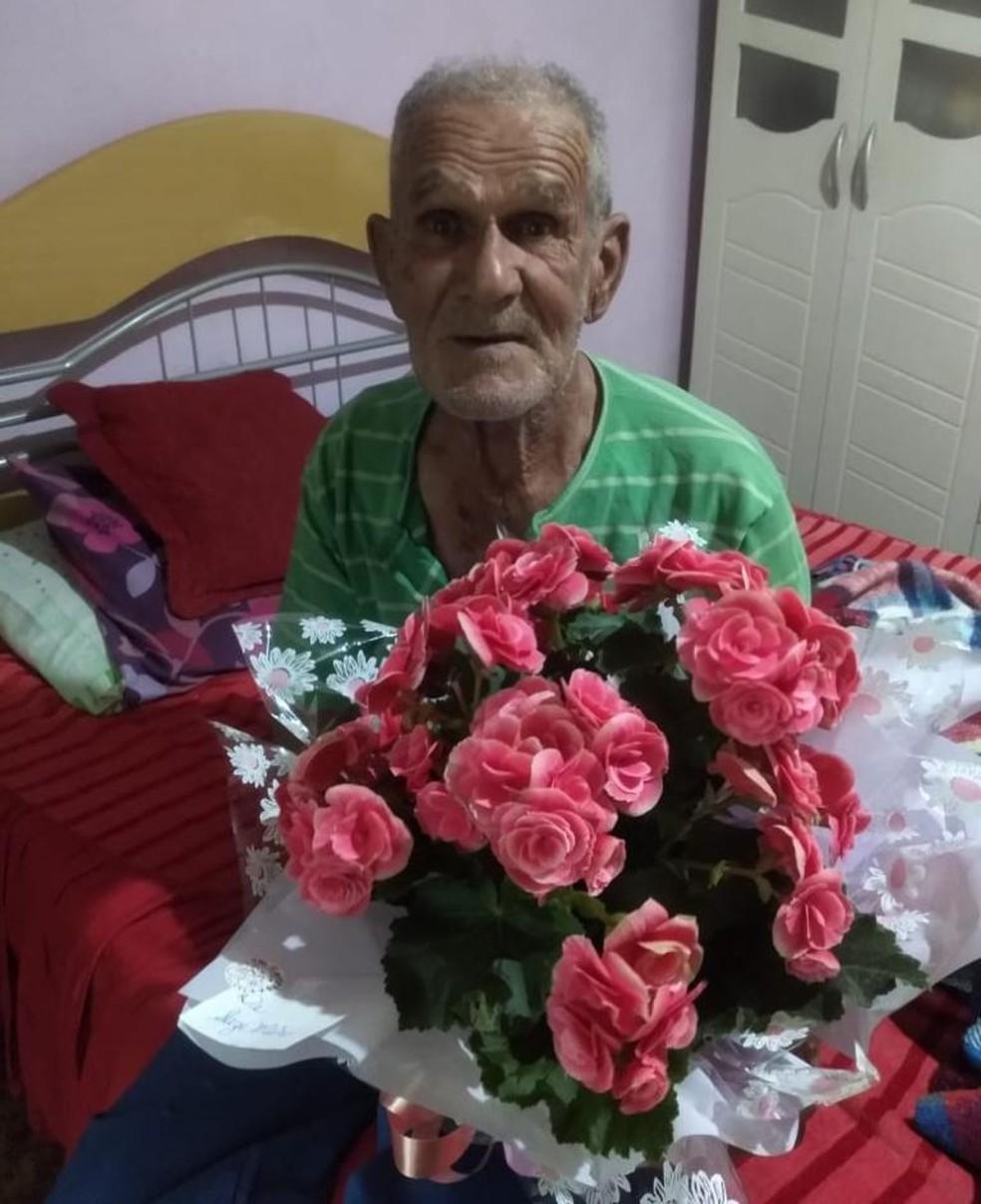 História de idoso acusado de roubo ao colher mudas de canteiro viraliza e moradores fazem doação de flores — Foto: Arquivo pessoal