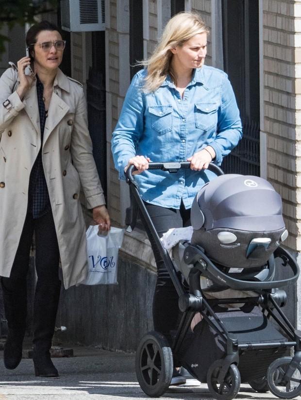 Rachel Weisz (esq) com o filho e a babá (Foto: BackGrid)