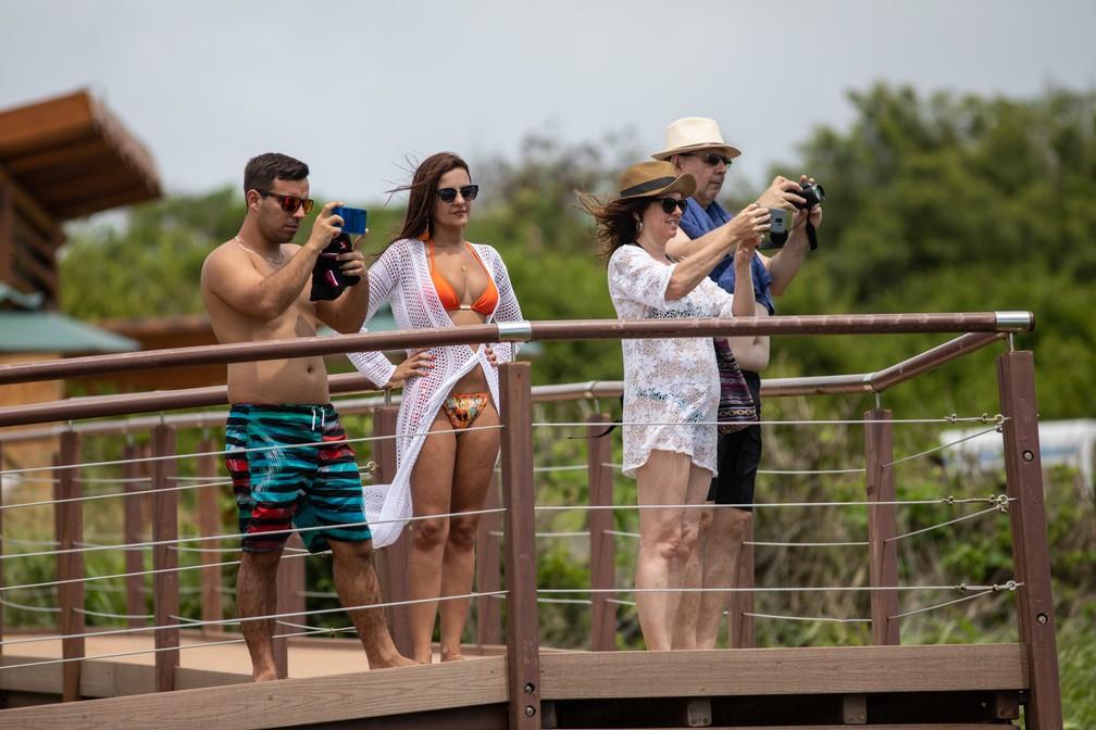 Turistas no mirante da Praia do Leão em Fernando de Noronha — Foto: Fábio Tito/G1